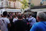 Catania, una folla riunita per l'ultimo saluto a Giuseppe Ferlito: bara bianca, applausi e tanta commozione