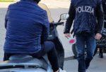 Minorenne gira per il centro di Catania con motorino rubato: fugge alla vista della polizia, volante danneggiata
