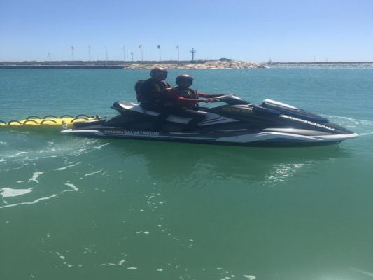 Paura in mare, surfista in difficoltà al largo: eroico salvataggio della Protezione Civile in moto d'acqua