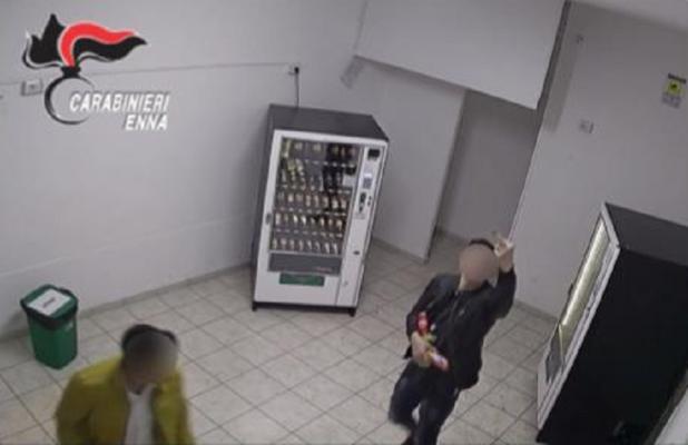 Baby gang prende a calci i distributori self service: 13 minori ai domiciliari