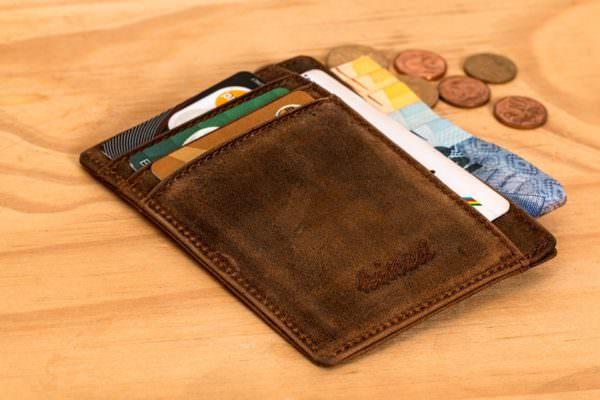 La civiltà e la gentilezza trionfano: giovane disoccupata trova portafogli con 1.850 euro e lo consegna ai carabinieri