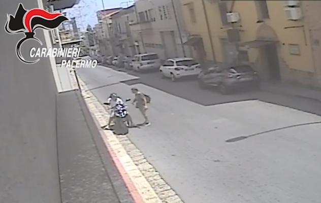 Studiavano le vittime in banca o alla posta e poi le rapinavano violentemente: 2 arresti – VIDEO e NOMI