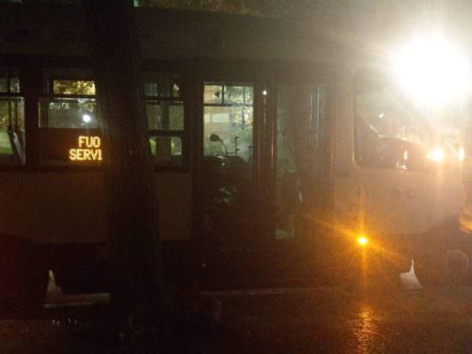Autista porta scooter sull'autobus, lo scatto da piazza Indipendenza diventa virale: sdegno e ironia sui social