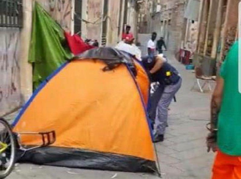 Spaccio di marijuana a San Berillo, smantellato accampamento abusivo di extracomunitari – FOTO