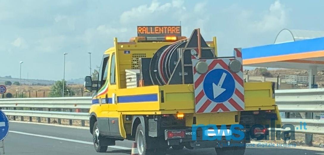Scontro tra due mezzi nel Catanese, centauro muore sul colpo: sotto shock il conducente dell'auto