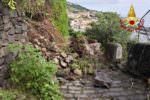 Paura in tarda serata ad Acireale, si staccano massi da un costone roccioso della Timpa: abitazioni evacuate