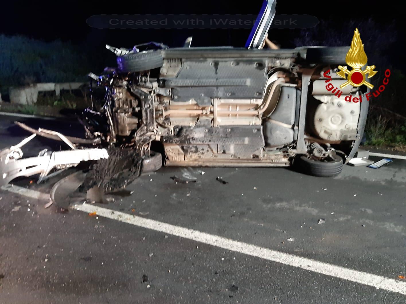 Scontro tra due auto nel Catanese, una si ribalta e l'altra finisce fuori strada: due feriti