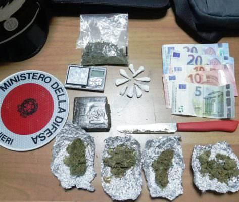 """Droga """"per tutti i gusti"""" spacciata sotto casa: in manette 54enne catanese"""