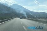 Incendio a ridosso dell'A19 in direzione Catania: fiamme alte e colonna di fumo