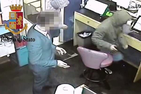 Rapina a mano armata in centro scommesse con l'aiuto del cassiere: scattano le manette per tre uomini – VIDEO