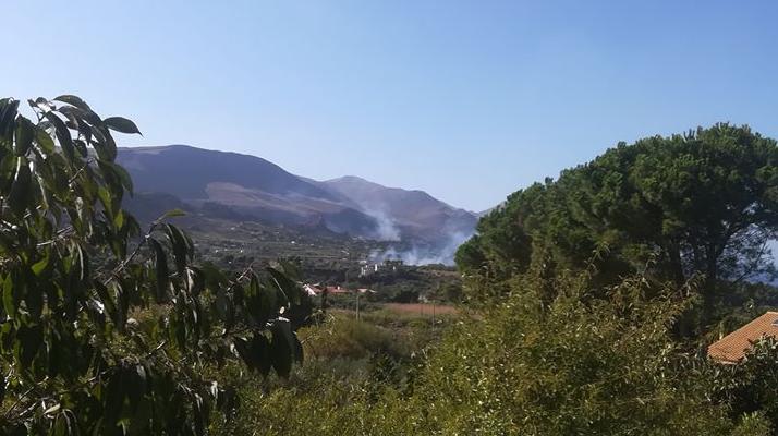 La Sicilia torna a bruciare, incendi nel Palermitano e nel Trapanese: in azione vigili del fuoco
