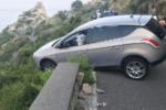 Tragedia sfiorata sulla SP16, gli airbag si aprono improvvisamente: auto sospesa nel vuoto