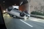 Paura lungo l'autostrada A18 Messina-Catania, Bmw si ribalta: traffico in tilt