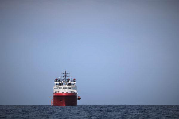 Situazione troppo dura a bordo della Ocean Viking: due migranti si gettano in mare stremati