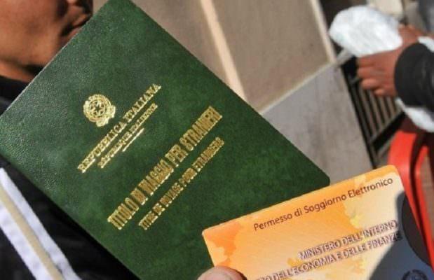 Catania, falsi rapporti di lavoro in cambio del permesso di soggiorno: fermati 11 italiani
