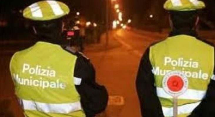 Spaventoso incidente in via Messina, ubriaco alla guida contro auto in sosta: municipale sul posto