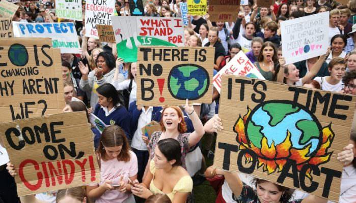 """Frydays for Future, tutti in piazza per il riscaldamento globale. Fioramonti: """"Giustificare assenze per studenti che manifestano"""""""