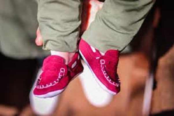 Ruba 300 euro di scarpe, gli agenti si commuovono e le regalano scarpe e vestitini per il suo bimbo