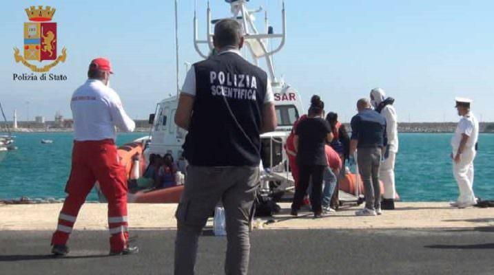 """""""In ginocchio e schiaffeggiatevi"""". Migranti tentano la fuga, il poliziotto li umilia: aperta inchiesta"""