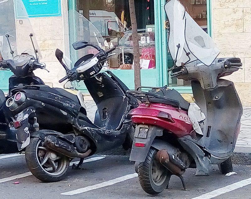 Scooter abbandonati in ogni angolo di Catania… degrado e disagio tra i residenti