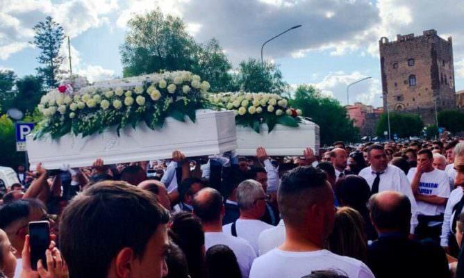 Strage nel Catanese: volti straziati dalla lacrime per l'ultimo saluto a Erika, Salvatore, Manuel e Lucrezia
