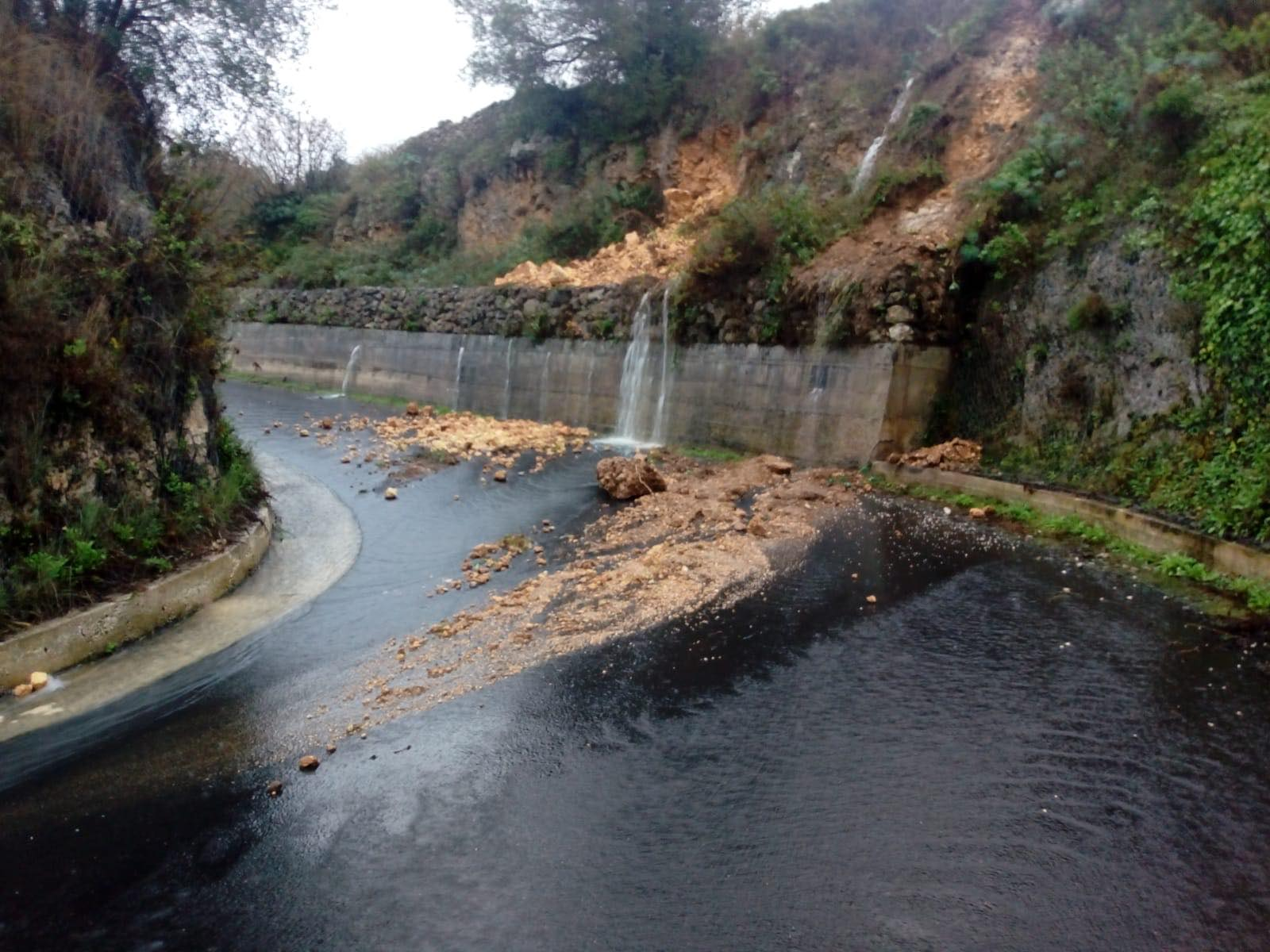 Maltempo nel Siracusano, strade interrotte e muri crollati: a Sortino si chiede lo stato di calamità – FOTO e VIDEO