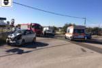 Paura in mattinata, violento scontro tra due auto: tre feriti, quattro ambulanze sul posto