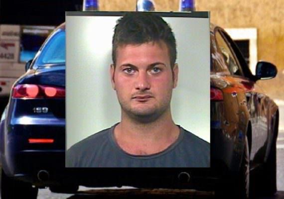 Lo accusa di furto di marijuana, lo chiude in una cella frigorifera e tenta di bruciargli il volto: arrestato 21enne