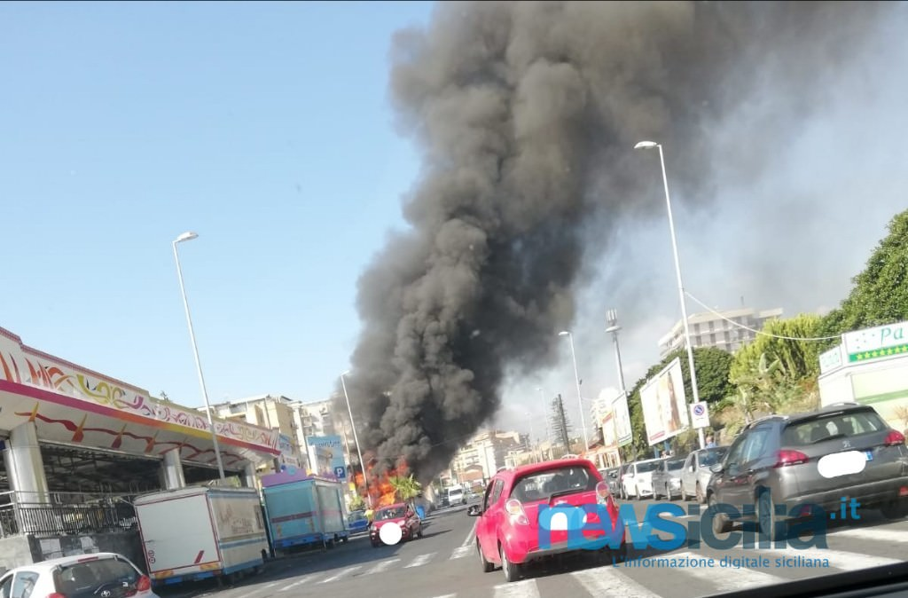 Paura al lungomare di Catania, nube di fumo nero: in fiamme camion dei panini – LE FOTO
