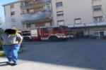 Panico in condominio, fiamme in appartamento: agenti salvano anziana disabile e il marito