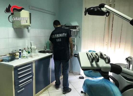 Falso medico nel territorio etneo, laboratorio odontotecnico trasformato in studio dentistico: denunciato 50enne