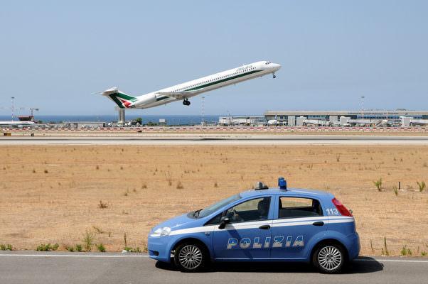 Mostra documenti falsi per imbarcarsi sul volo per Dublino: arrestato 38enne