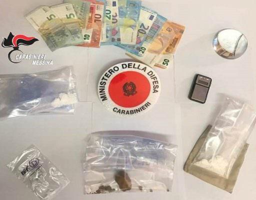Eroina e cocaina nel marsupio e 275 euro in contanti in casa: arrestato pusher pregiudicato