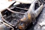Area demolizione di auto prende fuoco: vigili del fuoco operano sul posto