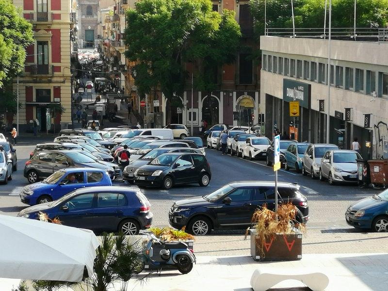 Scritte di ogni tipo, traffico e posteggiatori abusivi: recupero di Largo Paisiello a Catania