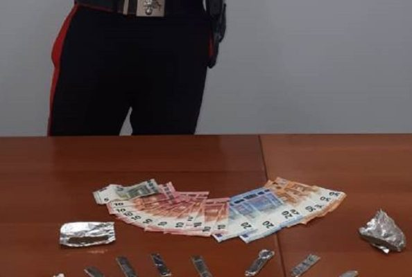 Hashish, cocaina e oltre 400 euro in banconote: arrestato pusher 44enne