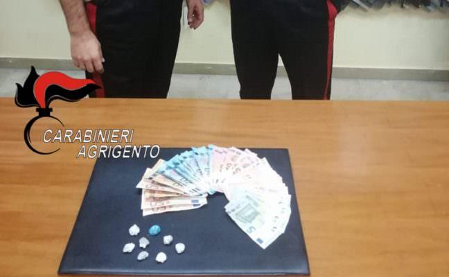 Con la marijuana addosso tentano di fuggire alla vista dei carabinieri: due giovani denunciati