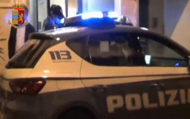 """Panico in via Ventimiglia, 19enne aggredisce titolari di un bar """"salvati"""" da un poliziotto fuori servizio"""