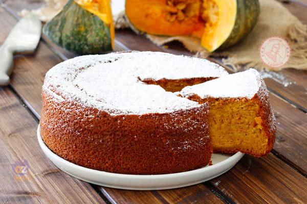 Halloween in arrivo, la zucca dalle origini ai piatti attuali: ecco la RICETTA della torta per i più golosi