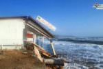 """Emergenza maltempo, l'alta marea """"divora"""" la costa: distrutto anche un ristorante – FOTO"""