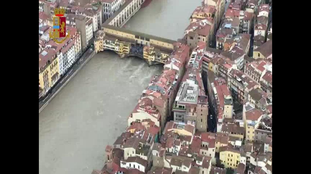 Maltempo a Firenze, l'Arno a rischio esondazione