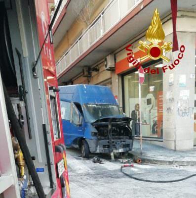 Catania, paura in via Firenze: furgone di una ditta privata in fiamme, alte lingue di fuoco divorano il mezzo
