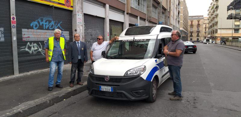 Catania, contrasto all'illegalità: sequestrata merce al mercatino delle pulci, verbalizzati posteggiatori abusivi e venditori