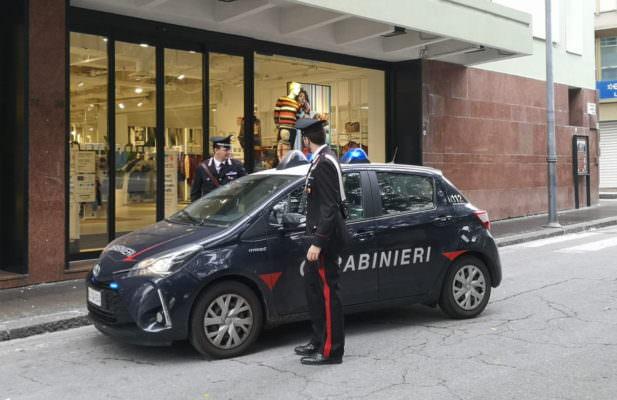 Furto di vestiti al centro commerciale, 28enne bloccata con le mani nel sacco dai carabinieri