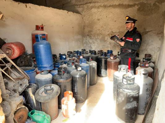 Stoccaggio di bombole di gas gpl abusivo e furto di energia elettrica: finisce nei guai un 36enne