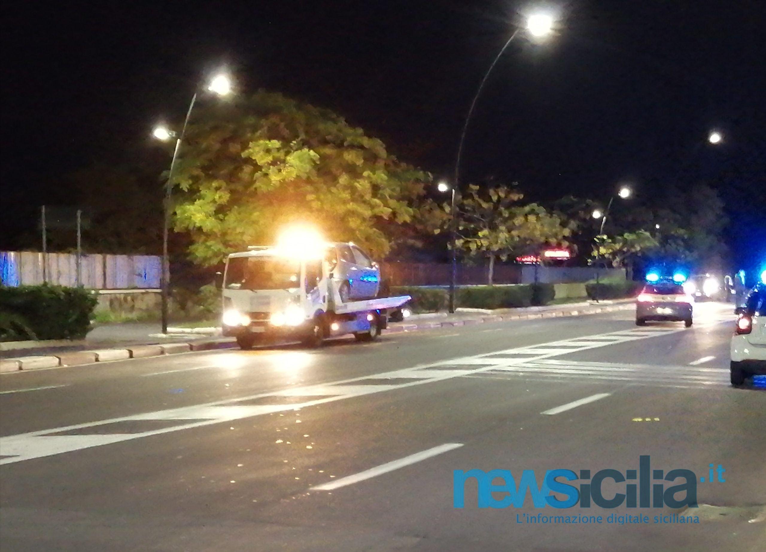 Catania, incidente al Lungomare: scontro tra 2 auto, una finisce contro cartellone pubblicitario
