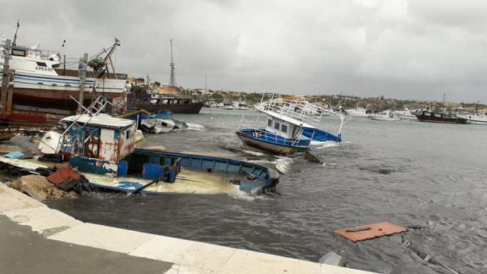 Mareggiata sulla costa, imbarcazione si capovolge: carburante invade il porto, scatta l'emergenza