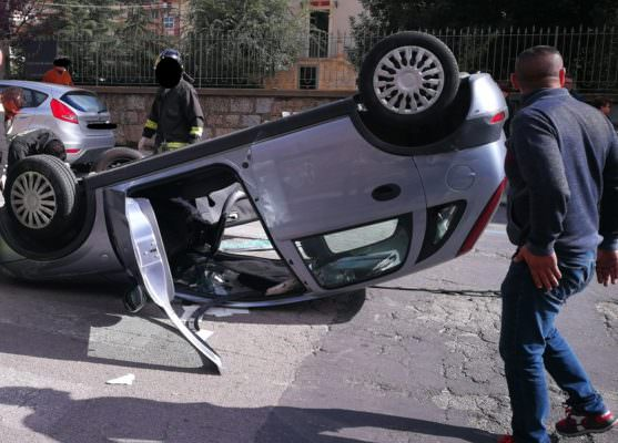 Paura nel Catanese, uomo accusa malore e si ribalta con l'auto: conducente in ospedale e traffico in tilt