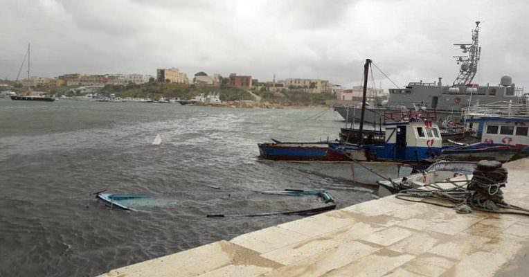 Risultati immagini per barca lampedusa maltempo