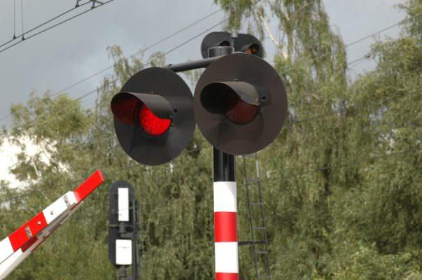 Tragedia sfiorata al passaggio a livello, 26enne con autocarro abbatte le barriere mentre il treno è in corsa